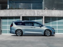 Профиль минивэна Chrysler Pacifica 2016-2017 фото