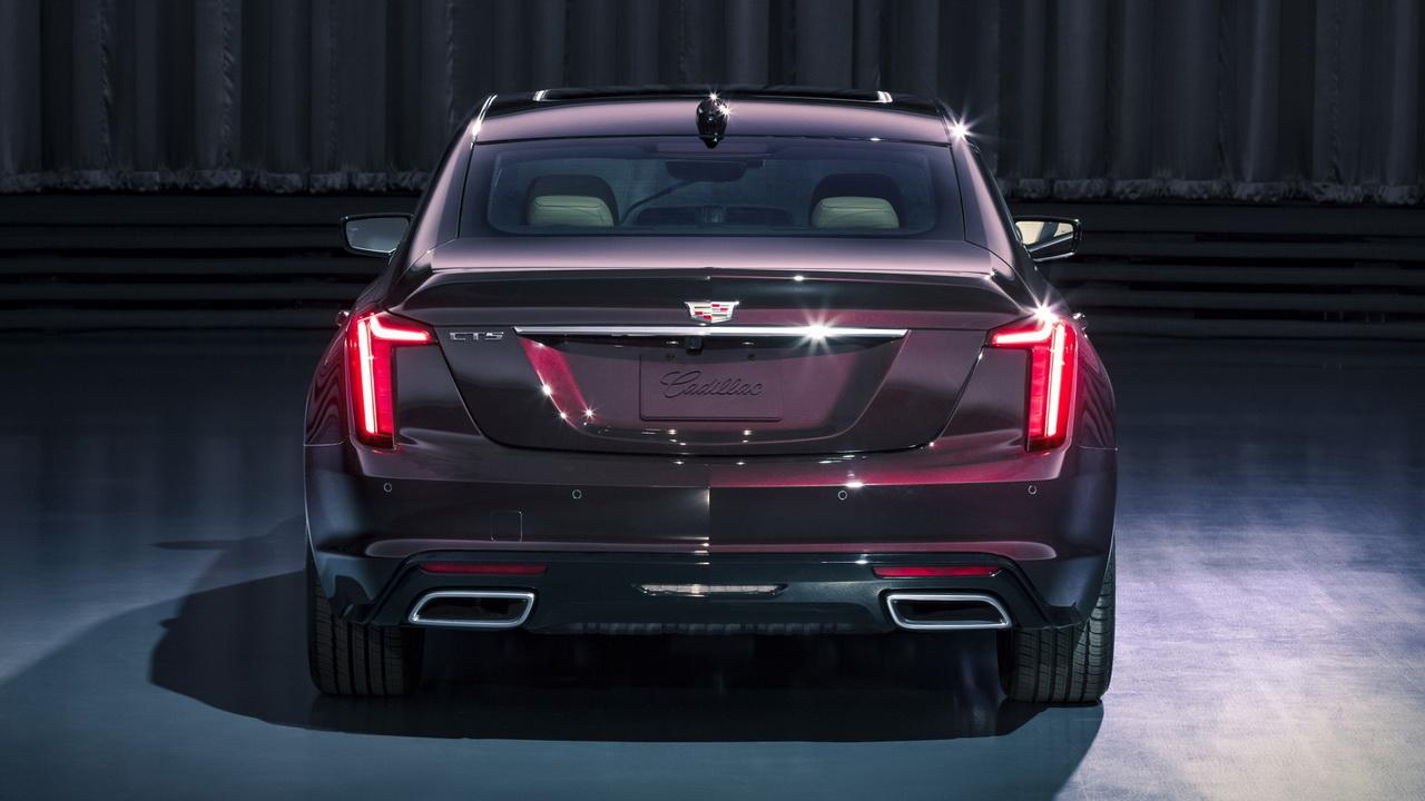 Cadillac CT5 вид сзади
