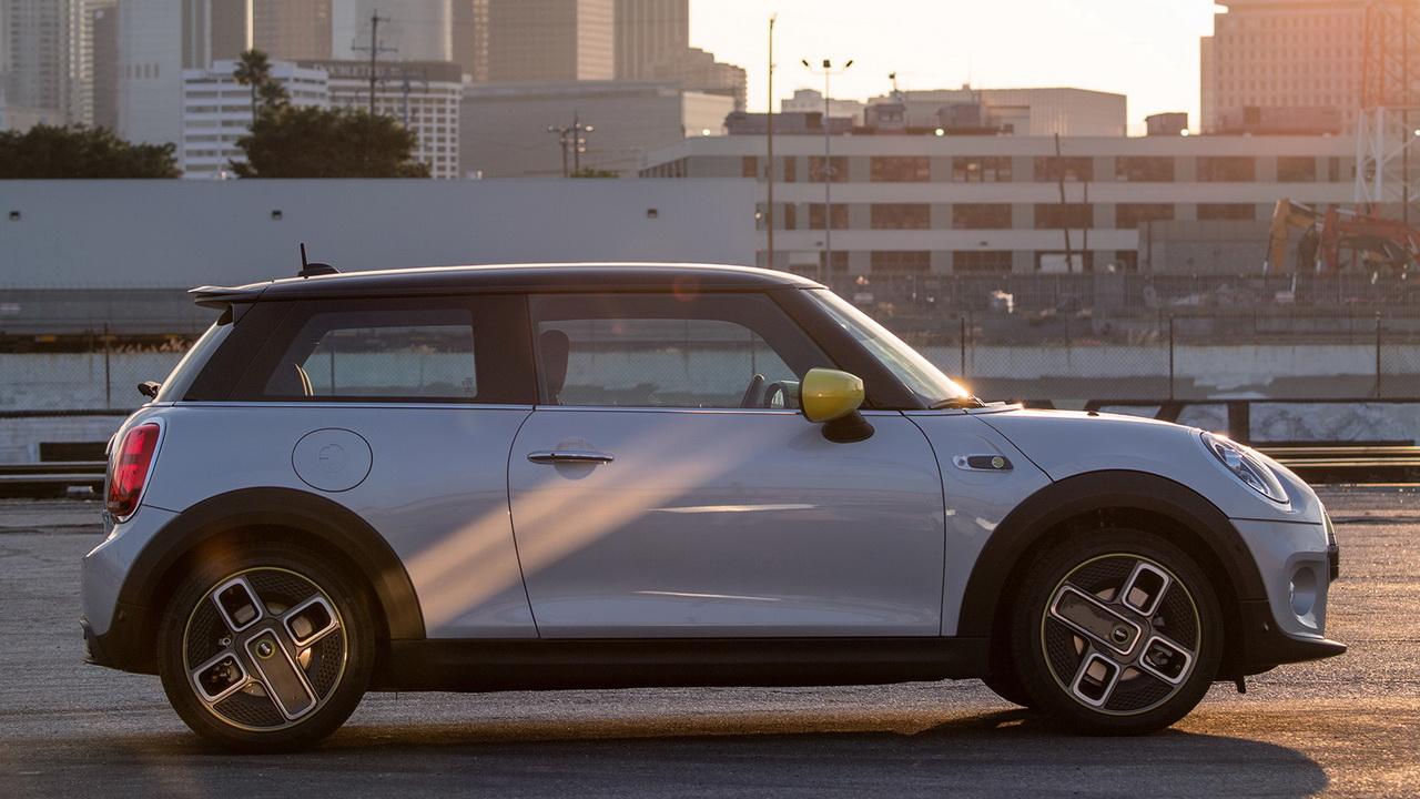 Фото Mini Cooper SE в профиль