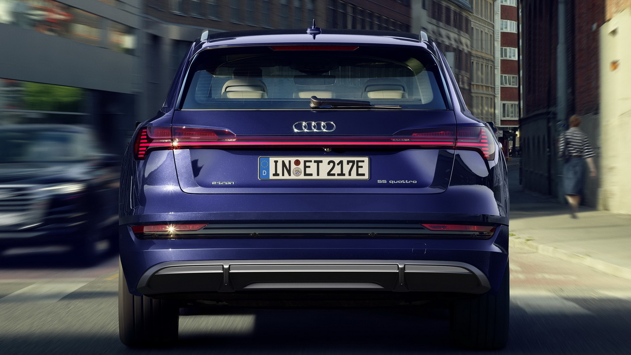Audi e-tron S line вид сзади