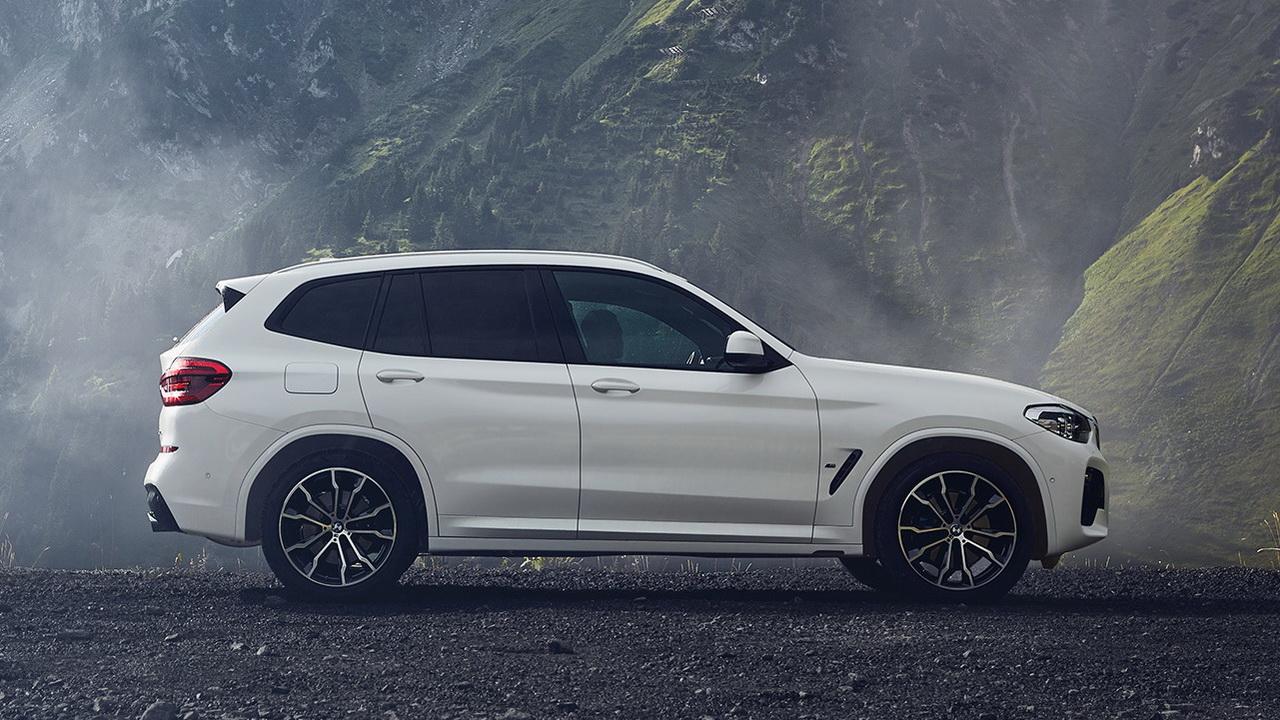 Новый BMW X3 xDrive30e вид сбоку