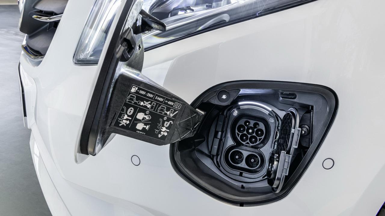 Порт для зарядки электрокара Mercedes eVito