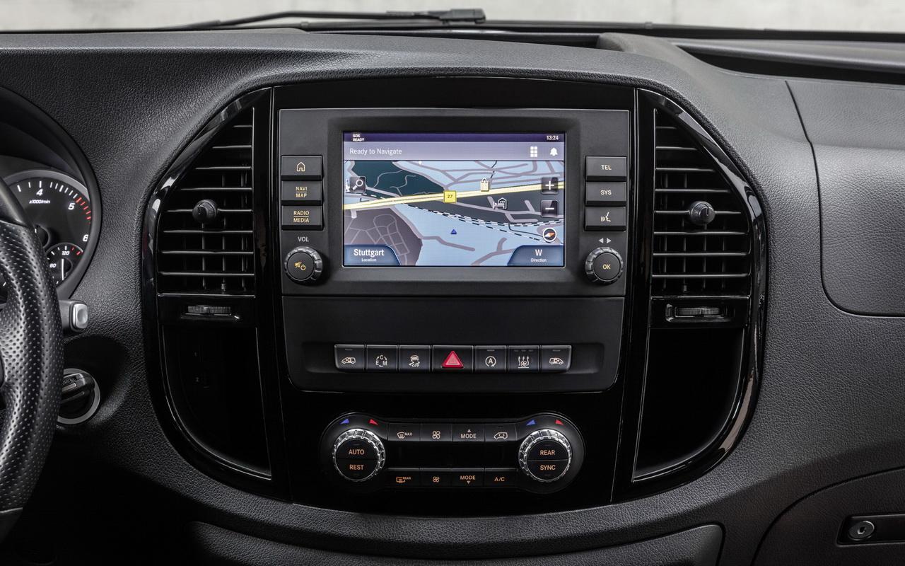 Центральная консоль с экраном мультимедиа