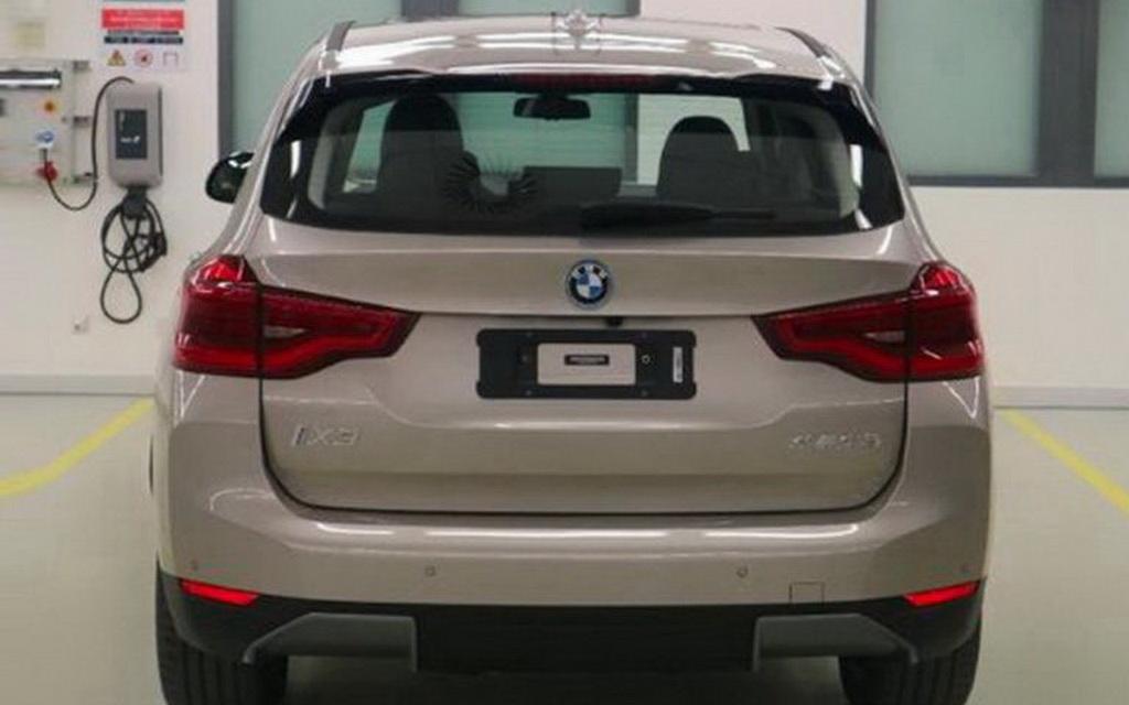 Фото BMW iX3 вид сзади