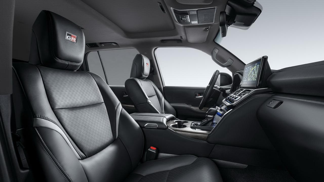 Передние сиденья с шильдиками GR Sport