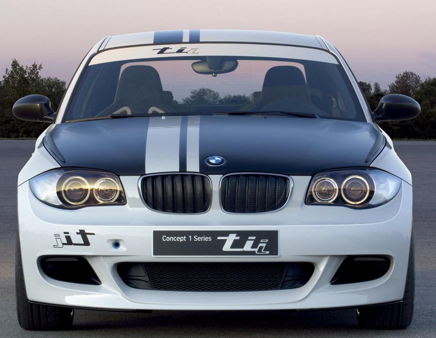 Вид спереди, отличительная черта всех BMW - это фары с индивидуальной подсветкой