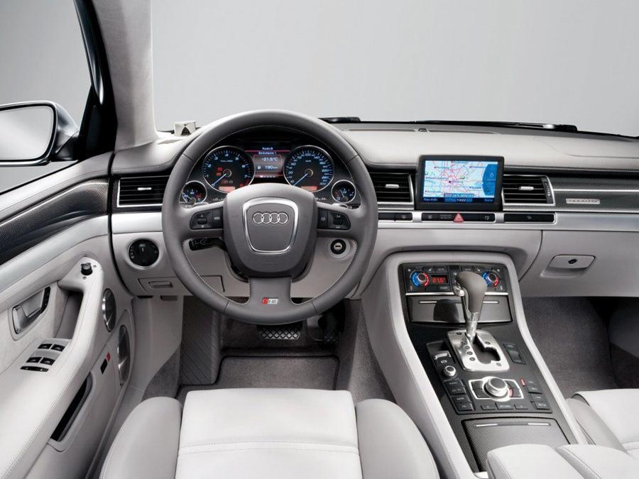 Интерьер Audi S8 2012