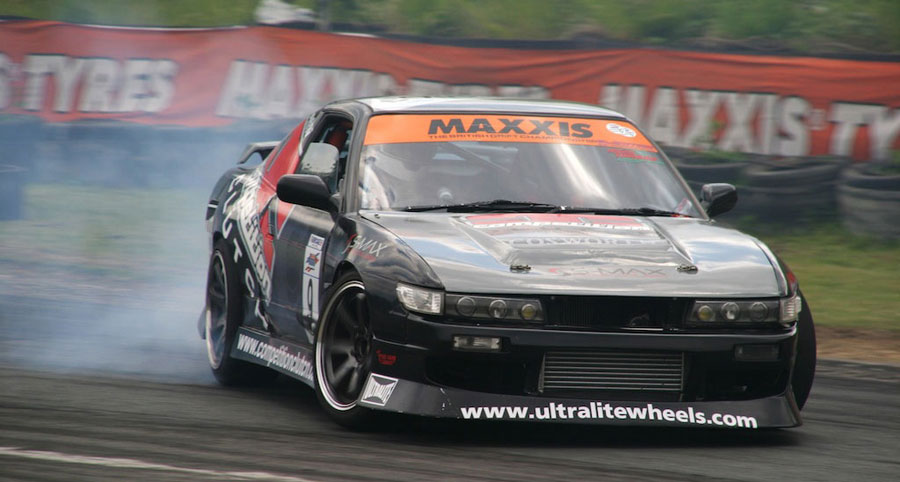 Silvia S14 проходит поворот в управляемом заносе на скорости 90 км\ч