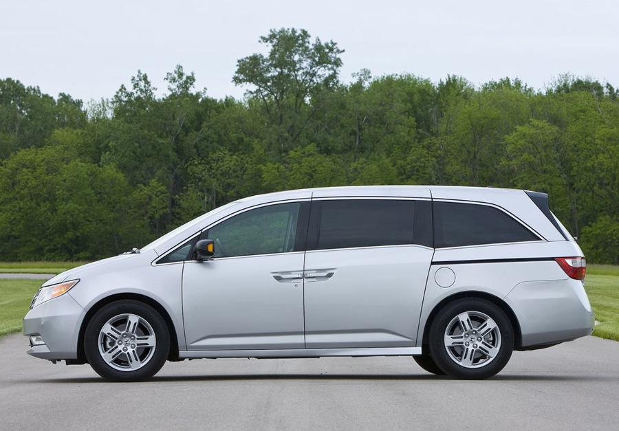 Honda Odyssey 2011 вид сбоку