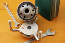 Классический набор инструментов для замены масла - масляный фильтр, фильтр-ключ и гаечные ключи