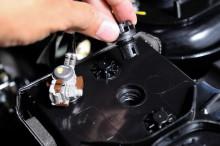 Перед зарядкой нужно открутить крышки банок аккумулятора