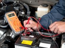 Напряжение полностью заряженного исправного аккумулятора составляет 12.8 В