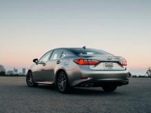 Обновленный дизайн кормы Lexus ES 2016 модельного года