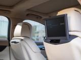 Экраны для задних пассажиров «выезжают» из спинок передних сидений