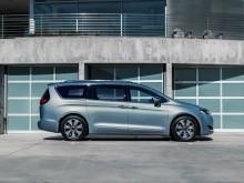 Профиль минивэна Chrysler Pacifica 2016-2017 фото