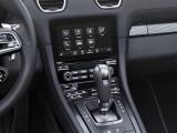 Центральная консоль с дисплеем мультимедиа и рычаг коробки передач