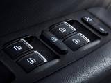 Кнопки на подлокотниках двери